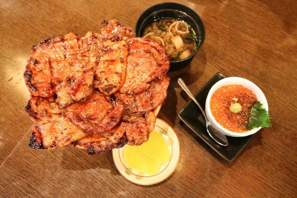 《炭火燒豚丼専門》北海道十勝帶廣的烤肉飯有沒有龍飛出來
