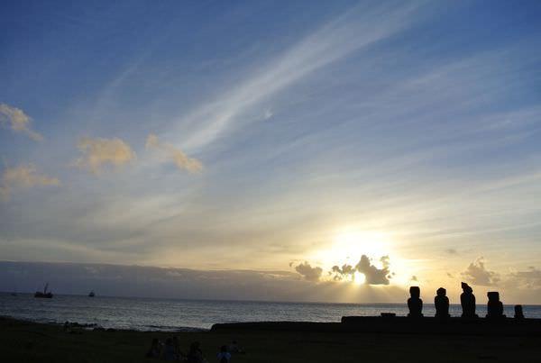 智利復活島。Ahu Tahai。披上蟬翼般金紗的摩艾