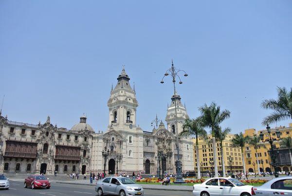 南美祕魯。利馬。Plaza de Armas。武器廣場 (下) 圖書館有絕對存在的必要!!