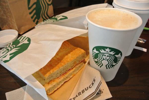 智利。聖地牙哥機場。Starbucks。轉機休息好去處~乾杯囉!!!